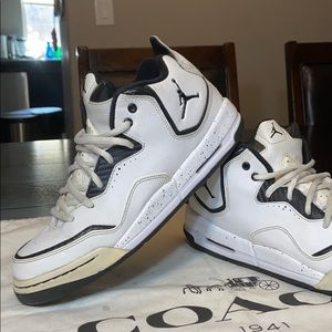 Nike Air Jordan Courtside White/Black. Size 7Y